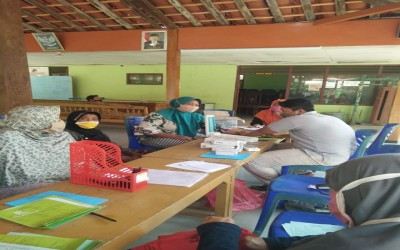 Tim Aku Sehat Bersama Bidan Dan Kader Desa Brabowan Laksanakan Pemeriksaan Di Posyandu Lansia